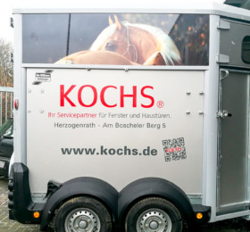Pferdeanhänger mit Firmenbeschriftung