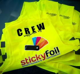 Neongelbe Warnwesten mit Crew-Logo bedruckt