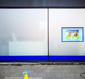 Fensterfront einer Arztpraxis foliert
