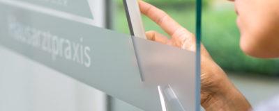 Fensterbeschriftung | Mit Milchglasfolien,  Schriftzügen & Logos für Aufmerksamkeit sorgen