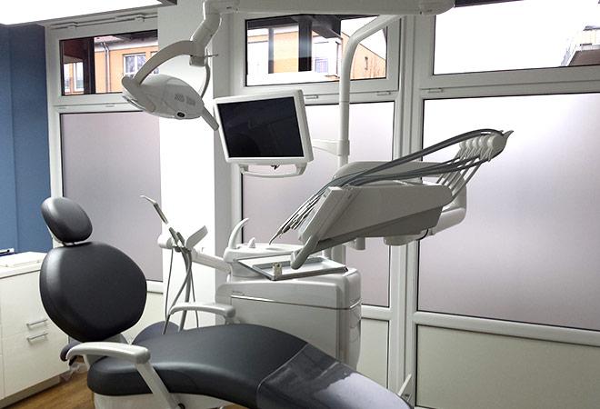 Milchglasfolie als Sichtschutz einer Zahnarztpraxis