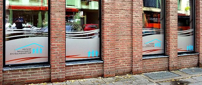 Milchglasfolie mit Folienschnitten kombiniert als Fensterwerbung