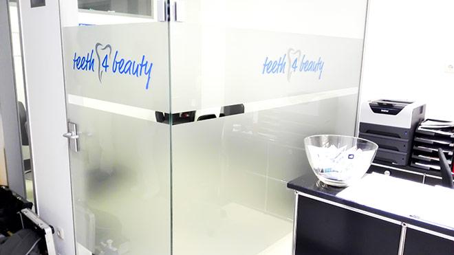 Wartezimmer-Folierung mit Milchglasfolie